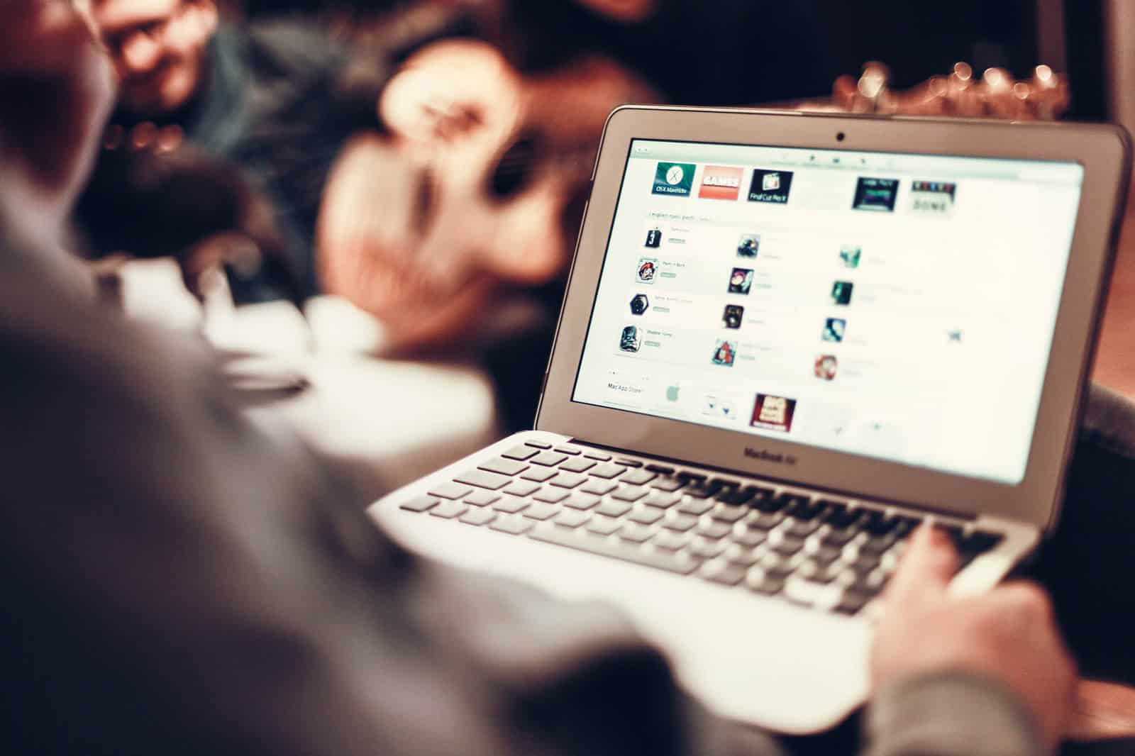 Prós e contras na utilização de encontros online
